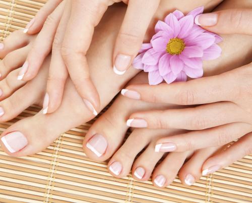 Bei Fußmassagen kann mit verschiedenen Ölen gearbeitet werden. So werden Fußrücken, Fußsohle und Zehen samtig zart und weich. Die Haut der Füße ist sehr saugfährig, so duften sie nach der Behandlung angenehm.
