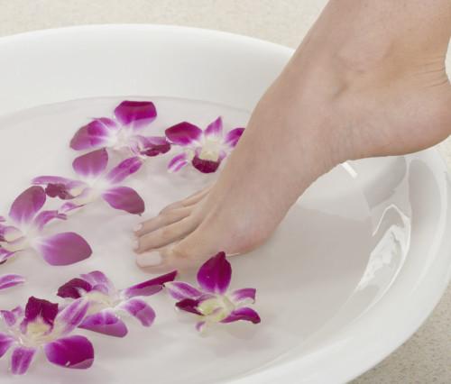 Ein Fußbad entspannt und macht die Haut zart und weich. Gibt man dem Wasser noch ein ätherisches Öl hinzu, duften die Füße nach dem Bad sehr gut.
