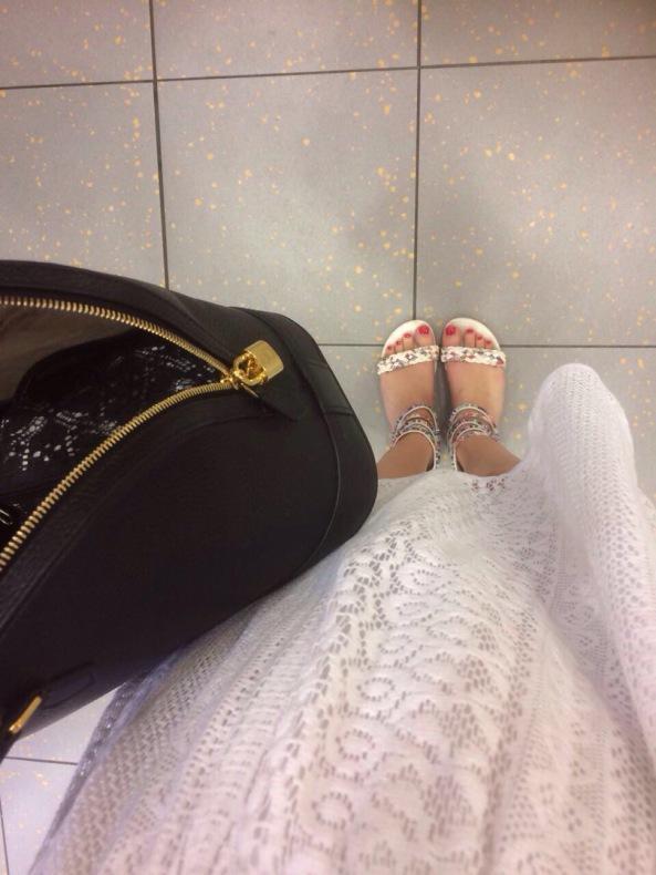 Aktuelle Bilder, Fußkönigin im Sommerkleid mit Sandalen